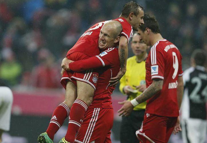 Arjen Robben y el brasileño Rafinha (en brazos) festejan el tercel gol del Bayern Munich en el encuentro contra el Frankfurt, este domingo. (Agencias)
