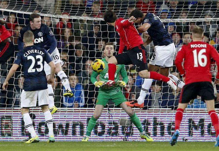 Cuando el partido agonizaba, el coreano Kim Bo-Kyung, del Cardyff City consiguió empatar el marcador con el Manchester United. (Agencias)