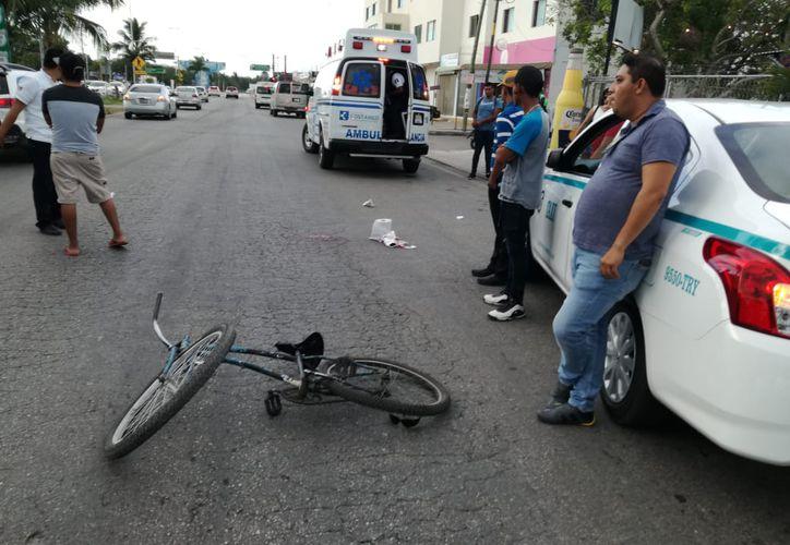 El taxista y testigos dieron aviso al número de emergencias 911 para que paramédicos acudieran y trasladaran al sujeto a un hospital. (SIPSE)