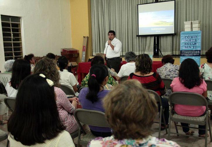 El Psic. José Garfias Cáceres durante su participación en la charla 'El duelo anticipado ante una enfermedad terminal', en la parroquia de Nuestra Señora de Fátima. (Milenio Novedades)