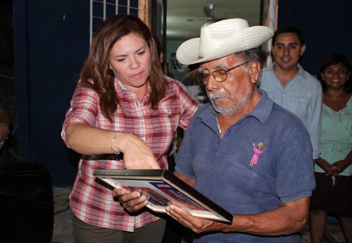 La senadora Rosa Adriana Díaz Lizama entrega un reconocimiento al panista Roberto Can Puch, en Cacalchén. (SIPSE)