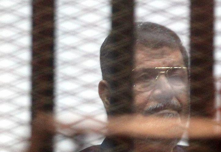 El expresidente egipcio, Mohamed Morsi, escucha su sentencia en el Tribunal Penal de El Cairo. (EFE)
