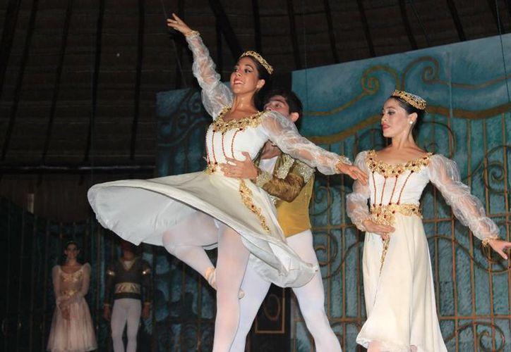 La Compañía de Danza Clásica de Quintana Roo se presentó en Isla Mujeres. (Redacción/SIPSE)