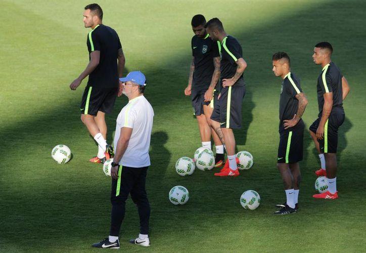 Este miércoles jugarán las 12 selecciones femeniles de futbol soccer en Río 2016, y el jueves lo harán las 16 varoniles, que incluyen al anfitrión Brasil, que en la foto durante un entrenamiento. (AP)