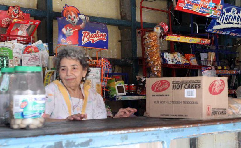 Miles de pequeñas tiendas en Mérida y la zona conurbada son atendidas por personas mayores ajenas al mundo del internet y de la contabilidad financiera. (Milenio Novedades)