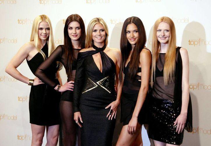 Heidi Klum (centro), acompañada por participantes de 'Germany's Next Topmodel' (Getty Images).