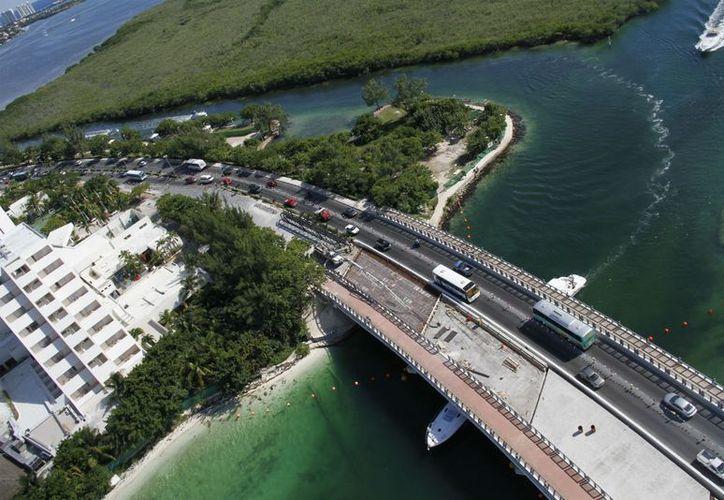 El puente Bojórquez se ubica en el kilómetro 4.5 del bulevar Kukulcán. (Israel Leal/SIPSE)