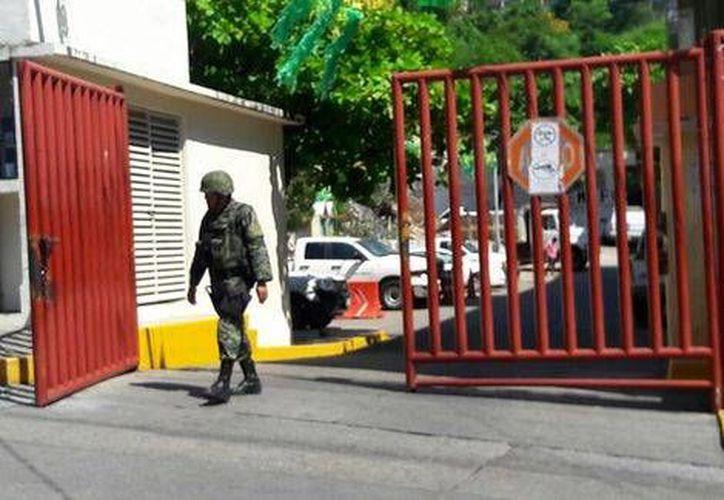 Ayer la sede de la Fiscalía Regional de Acapulco estaba custodiada por militares y los cuerpos de los dos soldados permanecían en el Servicio Médico Forense. (Javier Trujillo/Milenio)