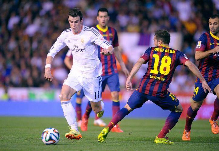 Gareth Bale, una de las nuevas joyas del Real Madrid, eludió varios rivales antes de anotar el gol del triungo y de la Copa del Rey. (Foto: AP)
