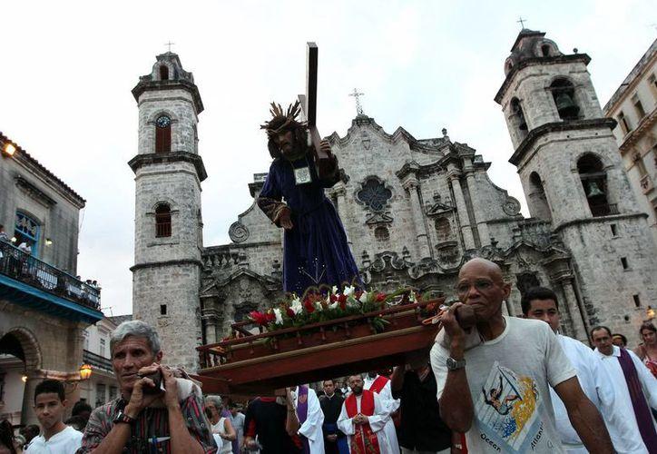 Decenas de personas participan en la procesión del Víacrucis en La Habana. (Archivo/EFE)