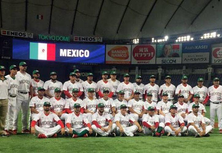 La Selección Mexicana de Beisbol aprovechó el tiempo en el Tokyo Dome para tomarse la foto oficial, días antes de los amistosos contra Japón.(Foto tomada de lmb.com)