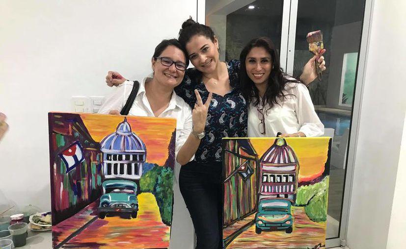 Las participantes se llevan su pintura al finalizar el taller. (Jocelyn Díaz/SIPSE)
