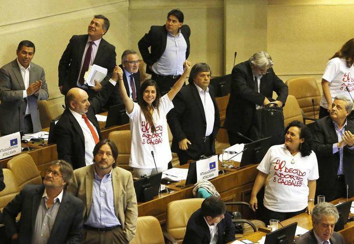 Diputados chilenos celebran la aprobación de la ley que despenaliza el aborto en tres causales, tras un año de polémicas e intensas discusiones en el Congreso de Valparaíso, Chile. (EFE)