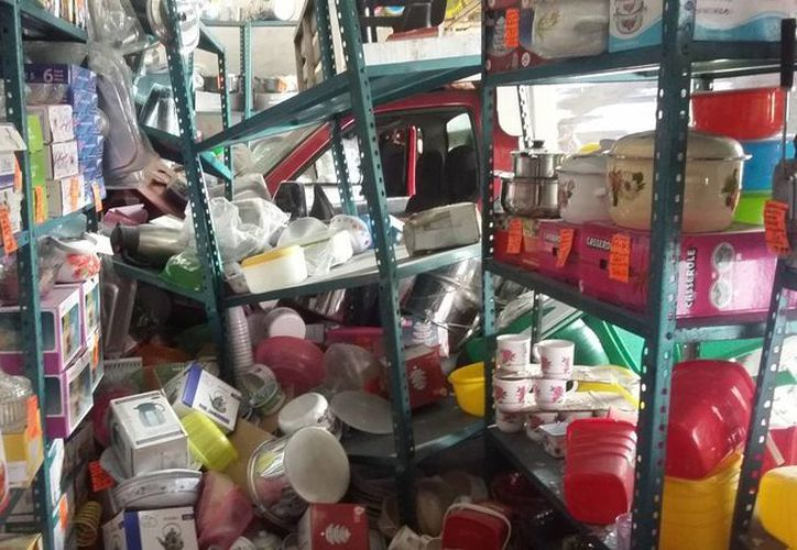 Por los suelos quedaron varios anaqueles donde se ofertaban productos de plástico; tres lesionados fueron atendidos en el lugar. (SIPSE)