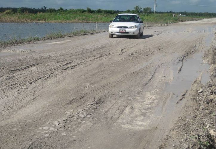 Cerca del campamento de Salamanca la carretera ha sido lavada por el agua. (Javier Ortíz/SIPSE)
