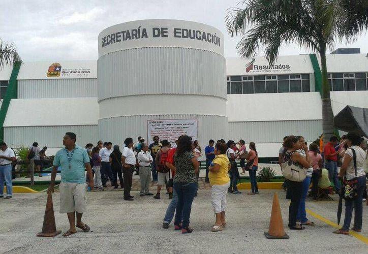 Los empleados se retiraron de las oficinas, para dar paso al cierre de las mismas. (Jazmín Ramos/SIPSE)