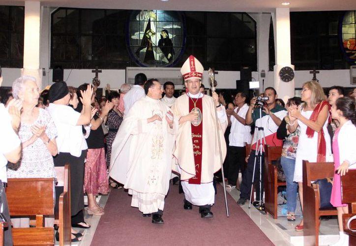 El arzobispo Gustavo Rodríguez encabezó la liturgia eucarística en  la Iglesia del Señor de la Misericordia. (Jorge Acosta/SIPSE)