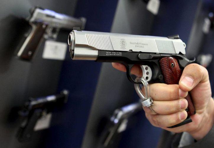 James Baker daba una clase para personas que desean portar armas de manera encubierta murió por una bala en el cuello, disparada accidentalmente por un estudiante. (Archivo/AP)