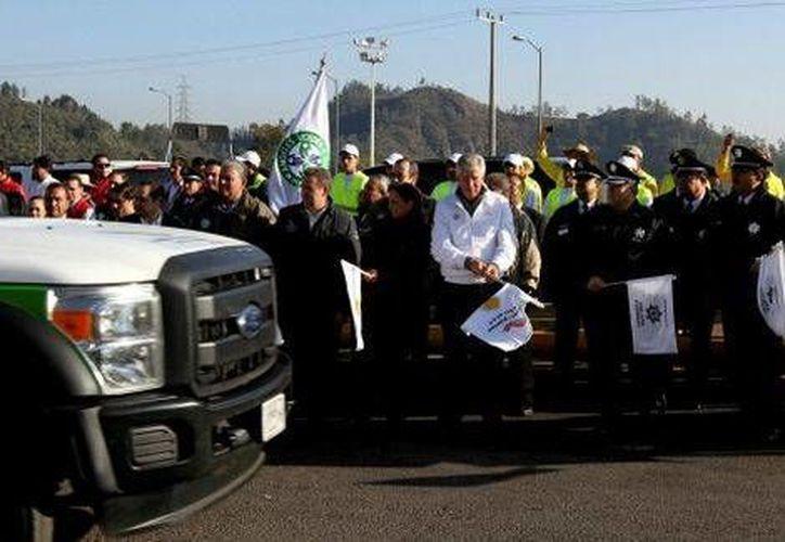 Banderazo al Operativo Vacacional Decembrino 2013 en la Autopista del Sol, que está en muy buenas condiciones, según Gerardo Ruiz (c), titular de la SCT. (Milenio)