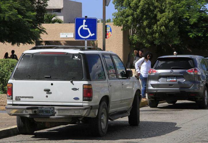 Del 14 al 19 de noviembre se registraron 59 multas emitidas por estacionar vehículos en lugares indebidos. (Foto: Israel Leal/ SIPSE)