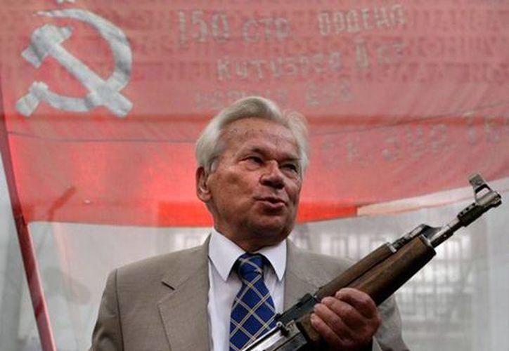 Mijaíl Kaláshnikov, inventor del fusil AK-47, trabajó para el legendario de rojo de Rusia, en donde era reconocido por su trabajo en las armas. Murió hoy a los 94 años de edad. (actualidad.rt)