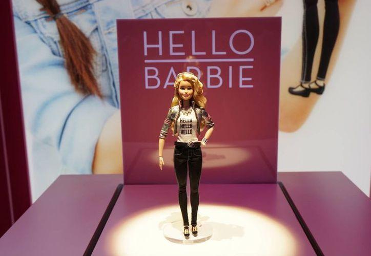 Se desató la polémica debido a que la nueva muñeca Barbie no solo podrá hablar y chatear sino que enviará grabaciones a la empresa Mattel, lo cual muchos consideran espionaje. (chipchick.com)