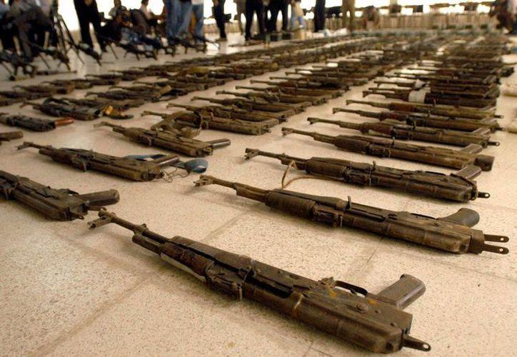 """Por su operación aun en condiciones difíciles, el fusil AK-47 es uno de los más cotizados en mundo. En México es conocido como """"cuerno de chivo"""" por la forma de su cargador.  (Archivo/EFE)"""