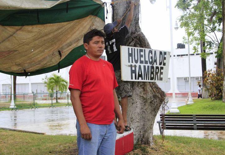 Geovani Rodríguez Cruz, ex trabajador del Colegio Nacional de Conalep, cumplió ayer  tres días en huelga de hambre. (Harold Alcocer/SIPSE)