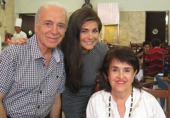 Luis Bayardo acompañado de dos mujeres en Mérida. Llegó para función de gala hoy de la cinta En el último trago. (Milenio Novedades)
