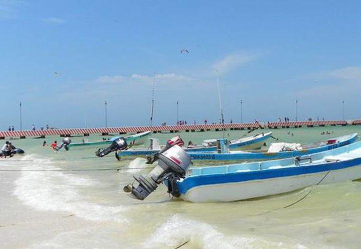 Las autoridades aún no reportan detenidos por el robo a lanchas en la costa de Yucatán. Imagen de contexto de una embarcación atracada en la playa. (Milenio Novedades)