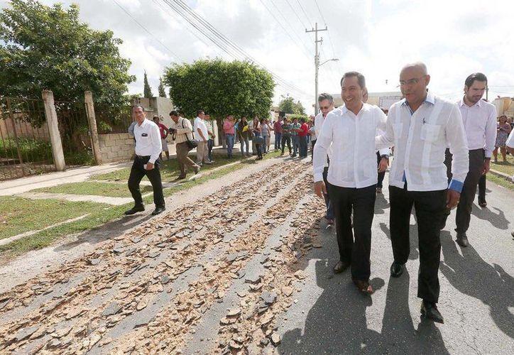 Durante el inicio de obras viales en Tixcacal Opichén, el alcalde de Mérida, Mauricio Vila, estuvo acompañado por su par de Querétaro, Marco Aguilar Vega. (Fotos cortesía del Ayuntamiento de Mérida)