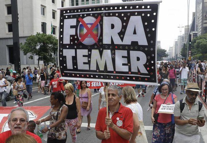 Otro de los reclamos hacia el presidente de Brasil, Michel Temer, es la forma en la que llegó al poder, tras 'provocar' la salida de Dilma Rousseff. (AP/Andre Penner)