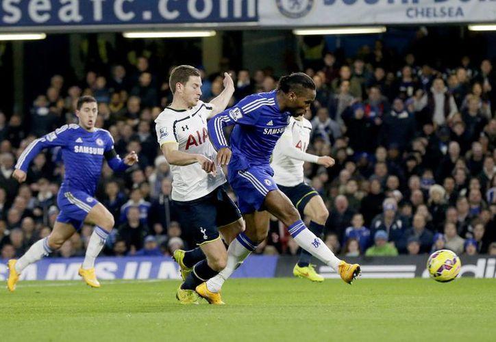 El marfileño Didier Drogba al momento de concretar un gol para el líder Chelsea. El africano suma 5 goles en la Liga Premier. (Foto: AP)