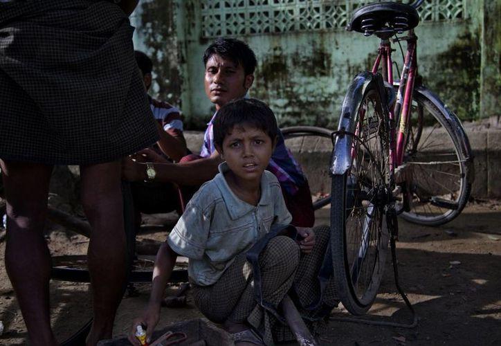 Los niños rohingya reciben educación en hacinadas escuelas dirigidas por budistas en un idioma que no entienden. (Agencias)