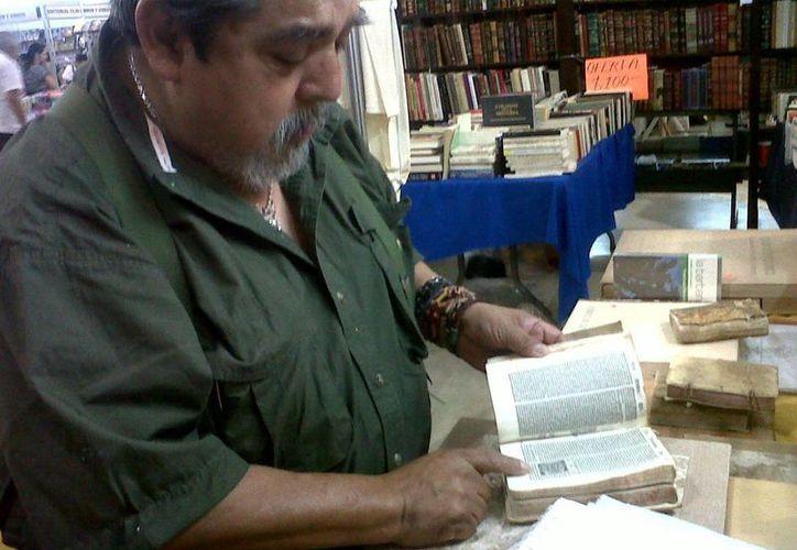"""El coleccionista Martín Morales es dueño de la tienda """"El Librero Anticuario"""". (Milenio Novedades)"""