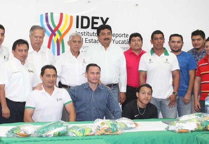 El equipo de voleibol de Motul ganó un selectivo donde participaron también Izamal, Umán, Motul y Akil. (Milenio Novedades)