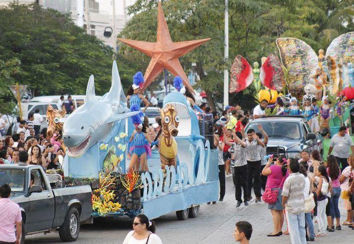 Comparsas y carros alegóricos durante el desfile en la avenida Tulum