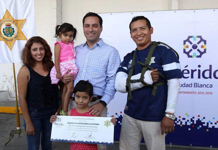 El alcalde Mauricio Vila presidió este martes la entrega de apoyos para el mejoramiento de la vivienda de 29 agentes de la Policía Municipal de Mérida. (Foto cortesía del Gobierno de Mérida)