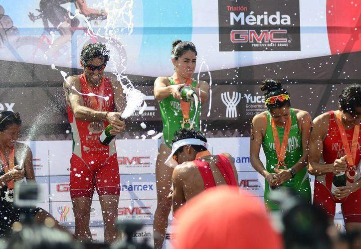 Premiación de los vencedores con el clásico baño de champagne. (Luis Pérez/SIPSE)