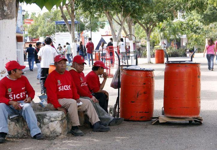 Los trabajadores de la limpieza laboran 24 horas, en diferentes turnos, divididos en cuatro áreas. (Juan Carlos Albornoz/SIPSE)