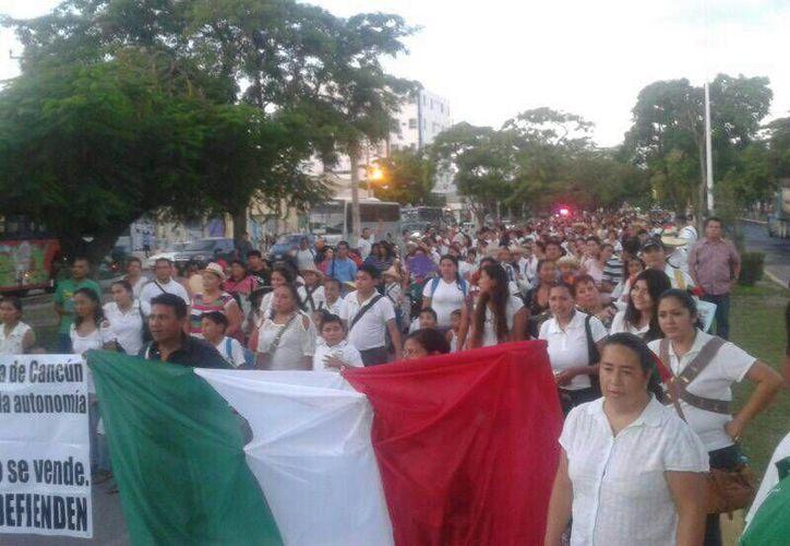 El contingente partió a las 15:30 horas del Monumento del Maestro. (Teresa Pérez/SIPSE)