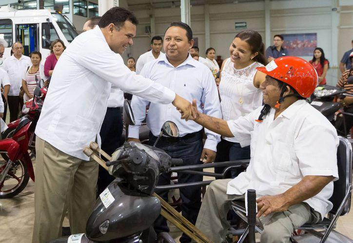 El gobernador Rolando Zapata Bello encabezó la entrega de apoyos para personas con discapacidad. (SIPSE)