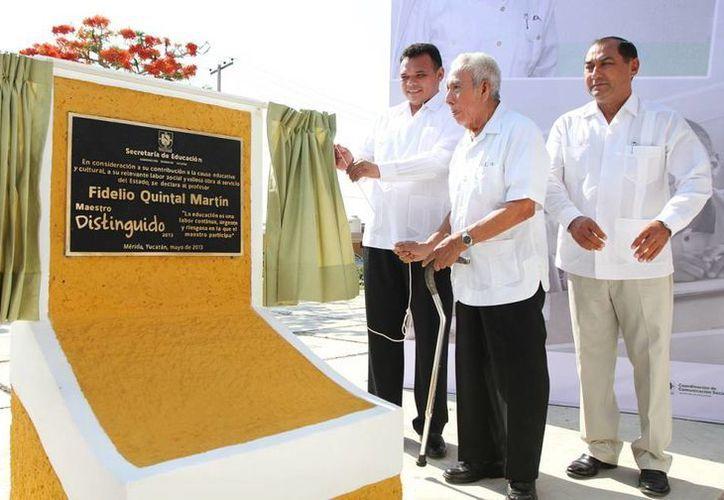 La ceremonia de del Día del Maestro se efectuó en Plaza del Maestro, ubicada en la zona habitacional de Cordemex, donde quedó la placa en honor a Fidelio Quintal Martín. (Cortesía)