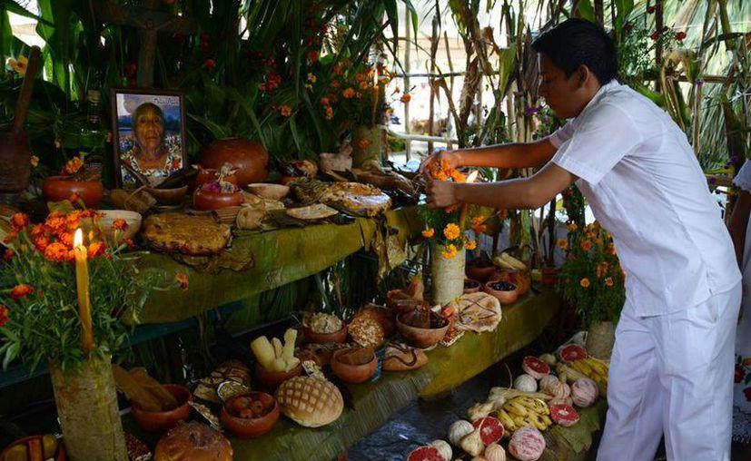 La muestra de altares -se instalaron 100 en la Plaza Grande de Mérida- reunió a personas de 70 municipios y a personal de dependencias de Gobierno, quienes se esmeraron en el diseño y escenificación de la una de las tradiciones más simbólicas de los mayas: el Hanal Pixán. (Victoria González/SIPSE)