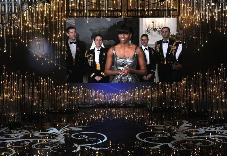 En la aparición Michelle apareció flanqueada por militares vestidos de gala. (Agencias)