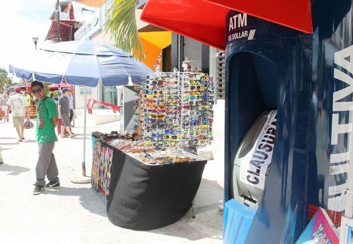 Veintiocho cajeros automáticos fueron clausurados ayer en en centro de Playa del Carmen. (Daniel Pacheco/SIPSE)