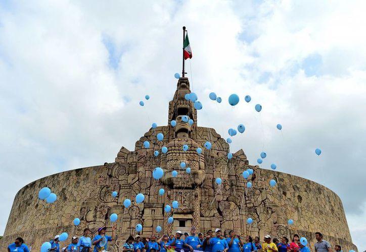 Integrantes del Centro de Ayuda de la Asociación Yucateca de Lucha contra el Autismo y público en general se reunieron en el Monumento a la Patria. (Luis Pérez/SIPSE)