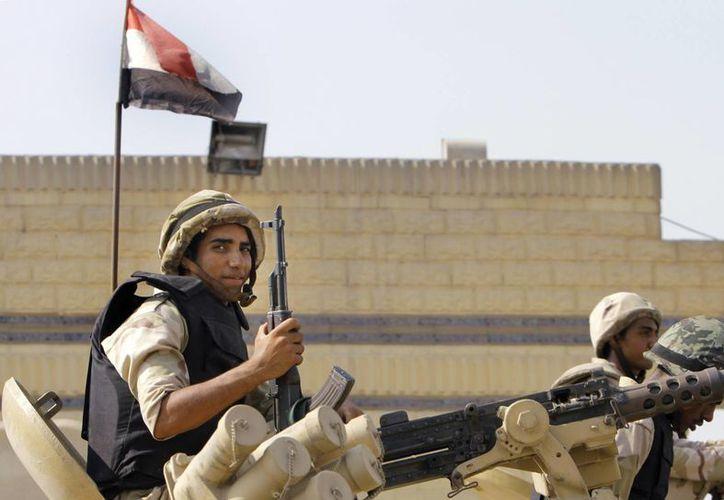 Militares egipcios hacen guardia afuera de la prisión Tora, donde permanece encarcelado el exmandatario Hosni Mubarak. (Agencia: AP)