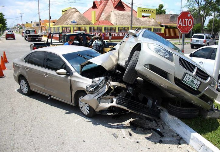 Un BMW acabó montado sobre un Vento tras impactar en calles del fraccionamiento Mulsay. (Milenio Novedades)