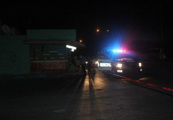 Al menos 15 unidades policíacas sitiaron el lugar, en busca de los responsables de las detonaciones. (Redacción/SIPSE)